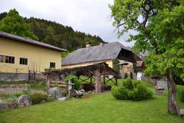 Laube und Grillplatz im Garten