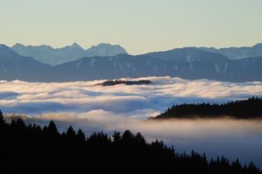 Fernsicht über der Nebelgrenze