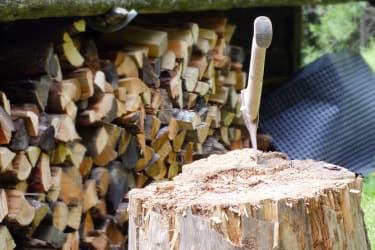 Brennholz hinter der Hütte