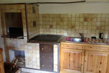 Küche mit urigem Holzofen