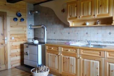 Küchenzeile und Holzherd
