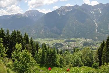 Der weite Blick über Dellach mit der Bergkulisse im Hintergrund lädt ein, die Seele baumeln zu lassen.