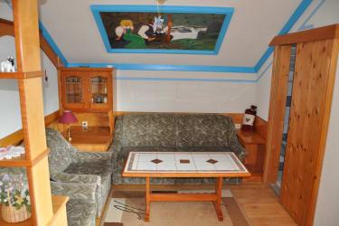 Unser Wohnzimmer bietet ihnen einen TV, eine kleine Leseecke und einen unbezahlbaren Ausblick.