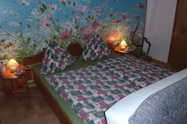 Schlaf Gut im heimischen Kirschholzbett.
