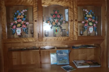 Heimisches Kirschholz lädt zum Verweilen ein oder suchen Sie nach Wander- und Ausflugszielen für den wunderbaren Tag.