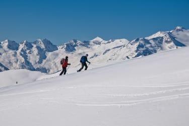 Mache eine Skitour direkt von der Hüttentür weg - vor atemberaubenden Panorama