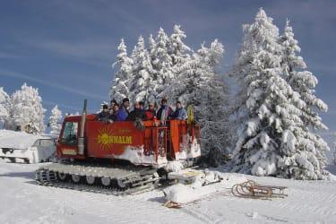 Mit der Pistenraupe geht es von der Hütte Richtung Stubeck Gipfel. Abgefahren wird mit den Rodeln.