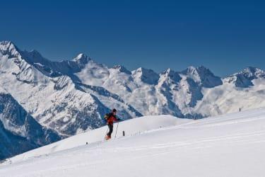 Mach eine Skitour direkt von der Hüttentüre weg - vor atemberaubenden Panorama