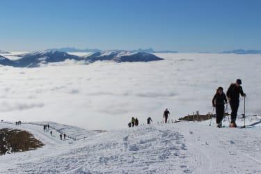 Starte direkt von der Hütte weg zu einer Skitour über den Wolken