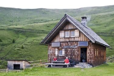 Hütte mit Vorplatz