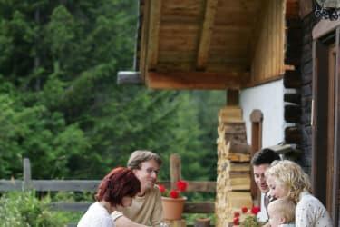 gemütliches Beisammensein vor der Hütte