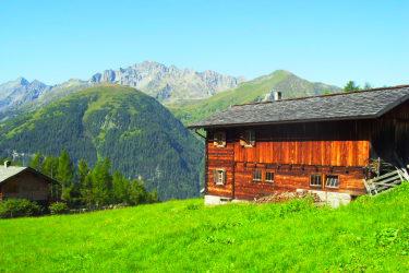 Unsere wunderschöne, uhriege Hütte von außen.