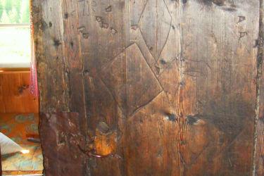 Wir haben auch ein altes Zimmer das deren Tür und Inneneinrichtung vom Jahre 1719 stammt.