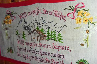 Auch ein Handgesticker Wandbehang von deren Großmutter die hier wohnte, hängt im uhriegen Zimmer.