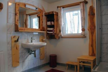 Auch im Sanitärbereich wird viel Holz zum Einsatz gebracht