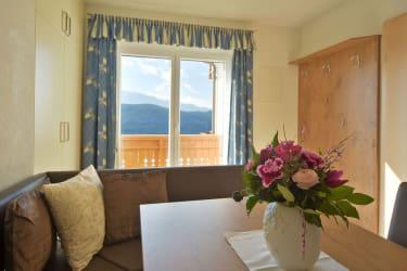 Küche mit Blick auf Balkon im App. Alpenrose