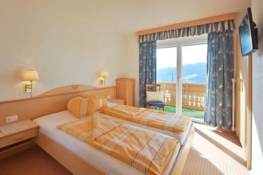 Schlafzimmer mit Balkon im App. Alpenrose