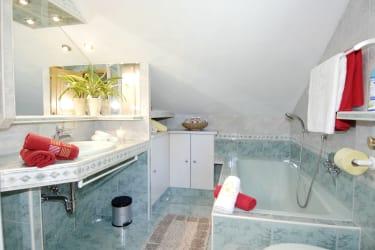 Unser gemütliches Bad mit WC, Dusche, Waschbecken und Badewanne