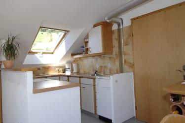 Unsere Küche mit Holzofen, E-Herd und vorhandenem Geschirr, die zum Kochen einladet