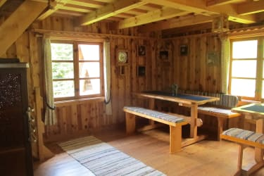 Großes Esszimmer mit 2 Tischen