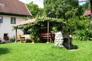 Gartenlaube mit Grill