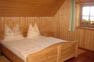 Schlafzimmer mit Doppelbett und 2 Einzelbetten
