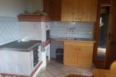 Küche mit Kachelherd