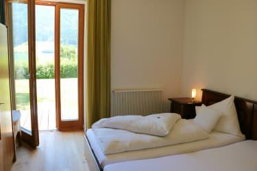 Doppelschlafzimmer mit Türe in den Garten