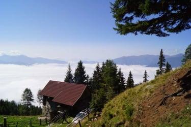 Tröbacheralm Hütte - mit Blick ins Tal