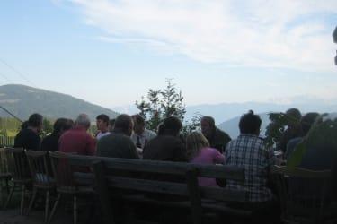 Auf der Terrasse mit Blick ins Tal