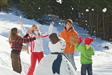 Spaß bei Schneemann bauen