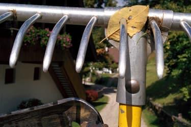 Wichiges Werkzeug (Rechen und Sense)
