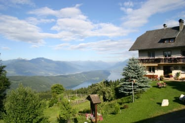 Berghof Oberwinkler mit Blick über den Millstätter See bis zum Großglockner