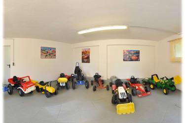 Kinderfahrzeugraum - vor der Go-Kartbahn