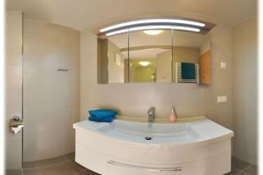 Neues und geräumiges Badezimmer