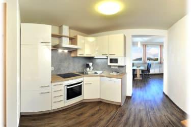 Komplett ausgestattete Küchen - mit Geschirrspüler, Heißluftherd, Kühlschrank, Mikrowelle, Kaffemaschine, Toaster, Dunstabzug... - wie zu Hause!