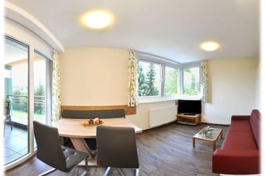 Heller Wohn/Schlafraum mit Balkon