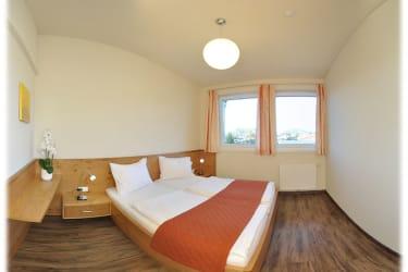 Großes Schlafzimmer mit begehbarem Schrank