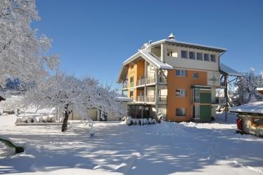Verschneites Stammhaus Karglhof
