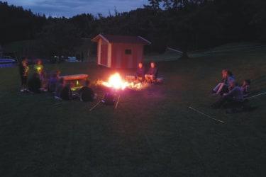 gemütlicher Tagesausklang am Lagerfeuer