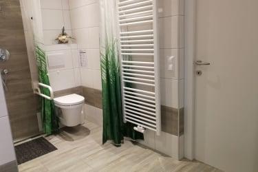 Dusche W/C auch für Rollstuhlfahrer geeignet