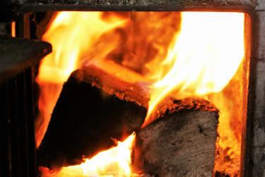 ....ein gemütliches Holzfeuer im Herd..