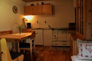 Küche, E-Herd, Holzherd, Kühlschrank, Kaffeemaschine