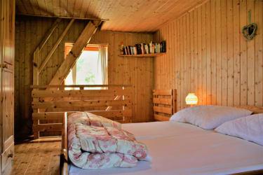 1. Stock Doppelbett, Gitterbett, Couch, Balkon