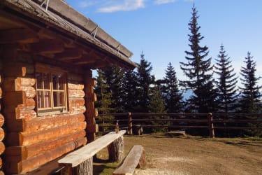 Sitzgelegenheit vor der Hütte