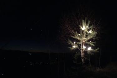 Auch eine Weihnachtsbeleuchtung gibt es im Winter, im Hintergrund sieht man die Lichter im Tal