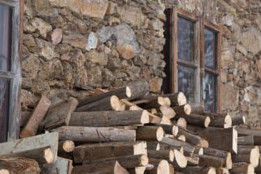Holz für den Kaminofen für eine kuschelige Wärme