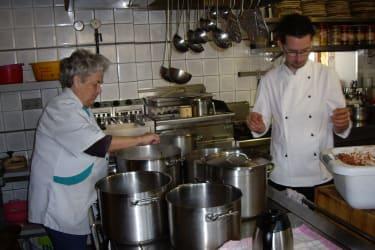 Oma und Enkel beim kochen