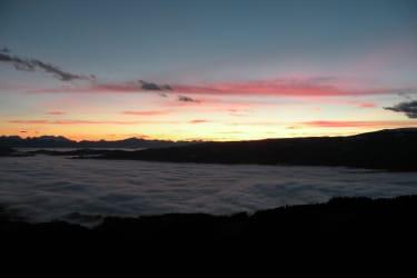 Abenddämerung mit Nebel im Tal