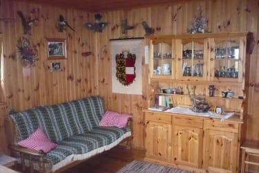 Couch und Wandschrank